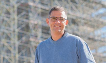 Schepen Kurt Claeys – van Wonen en Ruimte – opent infomarkt over betonherstelling in zijn thuisstad Oostende